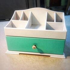 Комодик для хранения косметики с ящиком.